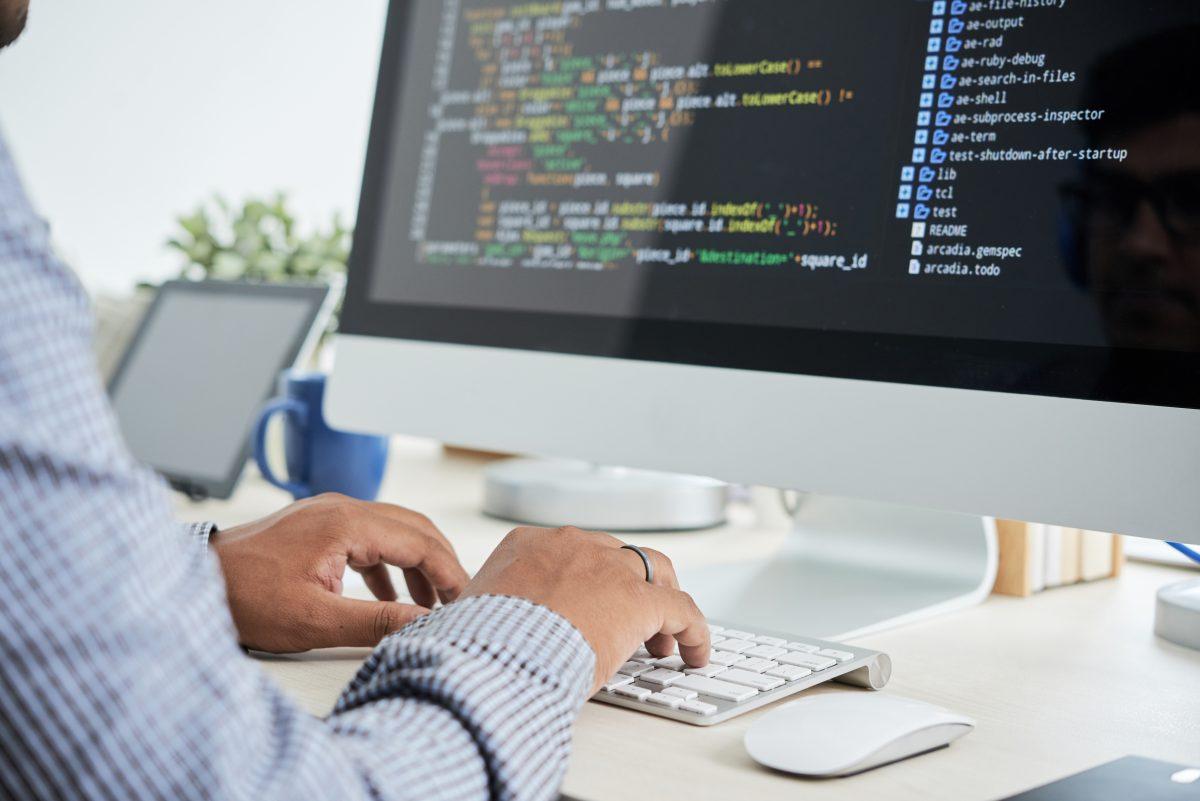 Kolaylığı ve en hızlı programlama dillerinden biri olması, PHP'nin popülerliğinde etkilidir.